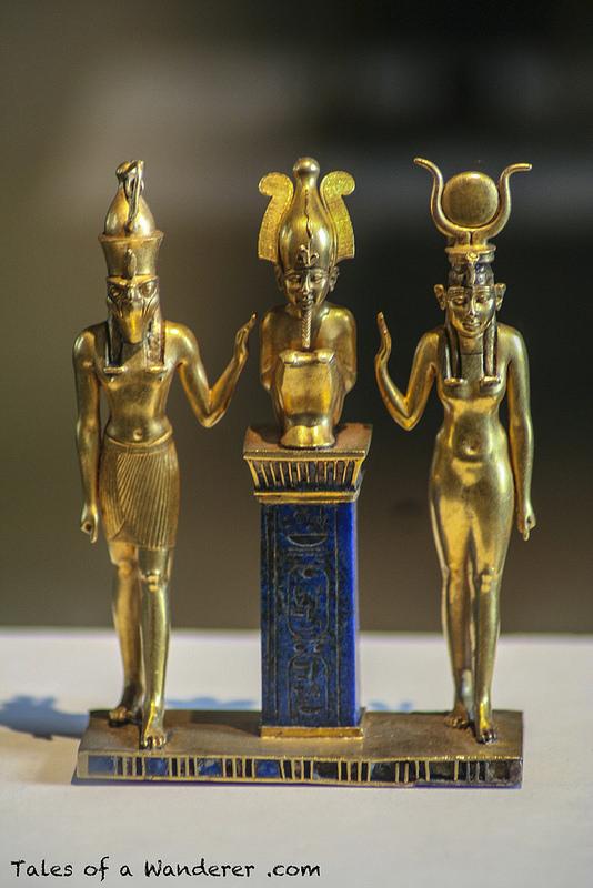 De derecha a izquierda: Isis, su esposo Osiris y su hijo Horus, los protagonistas del mito de Osiris.