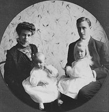 Franklin y su esposa Eleanor con sus dos hijos mayores (Anna Eleanor y James).