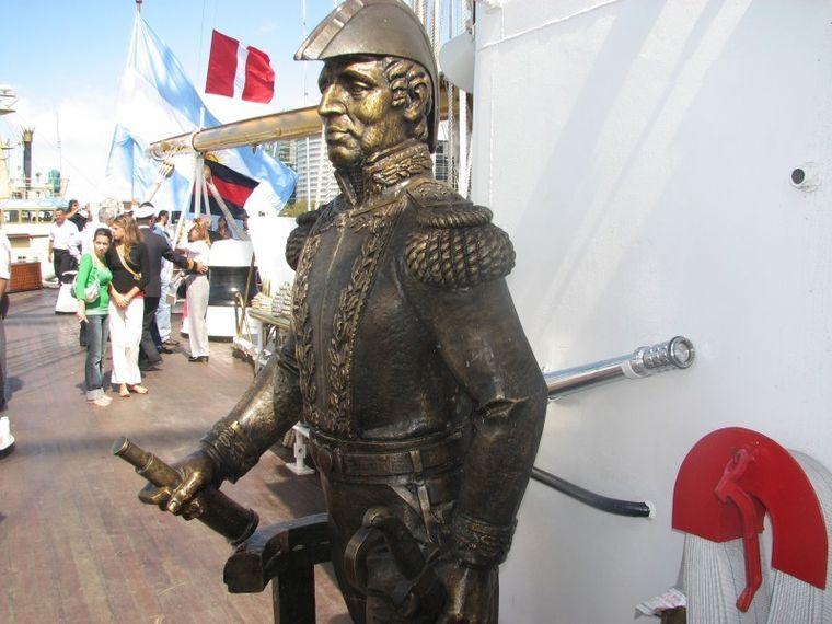 Estatua del Almirante Brown en la Fragata Libertad.