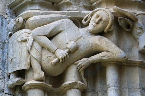 Autorretrato del escultor, Reinard de Fonoll, con el mazo y el cincel sujetos uno en cada mano; en el Claustro del Monasterio de Santes Creus.