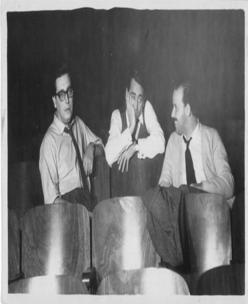 Ensayo general de La trastienda. Obra que fue estrenada por la Comedia Nacional el 10 de marzo de 1958, en la Sala Verdi de Montevideo. De izquierda a derecha: Carlos Muñoz (director), Leopoldo Nóvoa (escenógrafo y vestuarista) y Carlos Maggi.