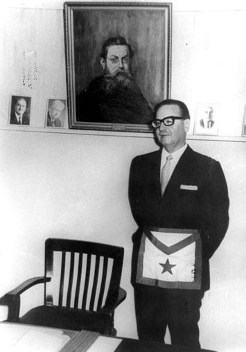 En una tenida celebrada el 17 de noviembre de 1934, en la Respetable Logia Progreso Nº 4, del Valle de Valparaíso, aparece en el Saco de Proposiciones su postulación.