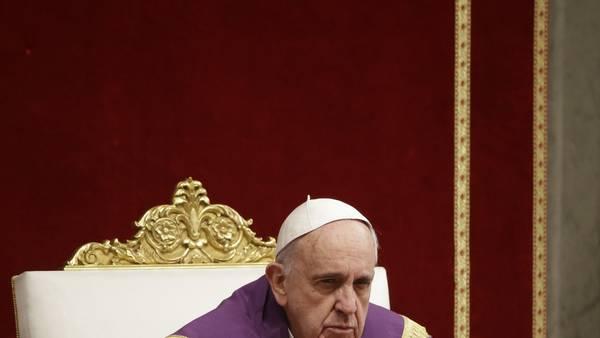 Misa de penitencia. El papa Francisco, ayer, en la Basílica de San Pedro, la más importante del Vaticano. Anunció que buscará que la Iglesia se enfoque en la piedad.
