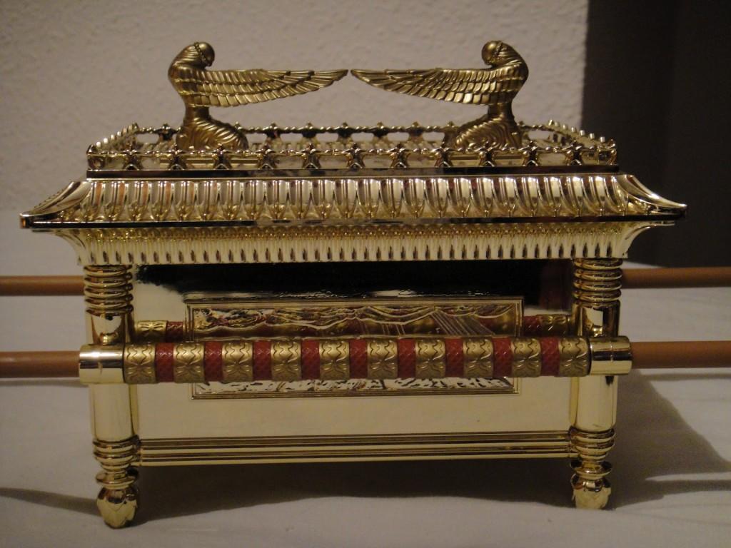 """En el centro del debir era depositada el """"arca de la alianza"""", custodiada por las estatuas de los querubines alados, y en cuyo interior eran guardadas las tablas de la Torah."""