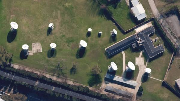 """Vista aérea I. Entre el edificio de CITEDE y Tecnópolis se ven once antenas con forma de plato. Dos de ellas, según fuentes militares, """"las usó la ex SIDE"""". Tienen capacidad para captar todas las comunicaciones que pasan por el espacio radioeléctrico. """"Si querés le podés poner toda la guía telefónica"""", explicaron."""