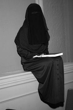 """Las mujeres deben salir cubiertas por el niqab (velo integral) y acompañadas de un miembro (masculino) de su familia. La mujer no es una ciudadana, sino """"una esclava doméstica y sexual a la merced de su esposo."""""""