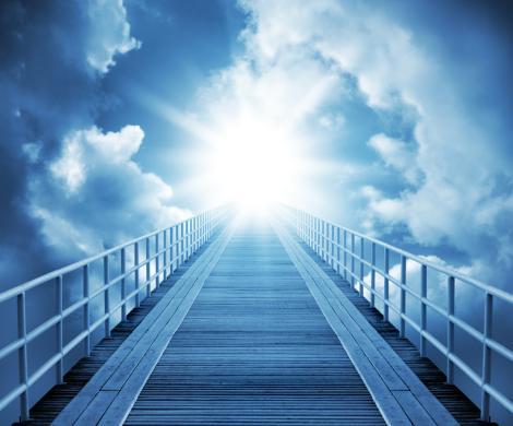 Los hombres dos veces nacidos recibimos la luz en la iniciación, y al morir dicen que al final de un gran túnel hay una potente luz que nos atrae.