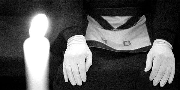 La investidura de los guantes tiene íntima relación con la del mandil.