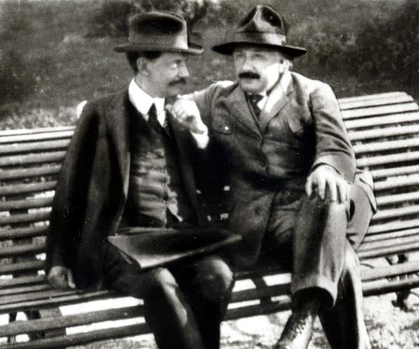 Einstein junto a Vaz Ferreira en la Plaza Artola (hoy Plaza de los Treinta y Tres). 24 de abril de 1925, Montevideo, Uruguay - vazferreira.org