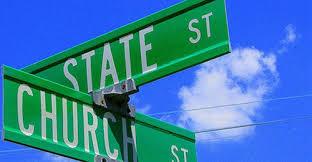 El laicismo del Estado establece como indispensable la separación de las confesiones religiosas de las decisiones que se tomen en la esfera pública, asegurando así la libertad de creencias.