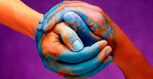 """Los Derechos Humanos han sido definidos como """"las condiciones que permiten crear una relación integrada entre la persona y la sociedad, que permita a los individuos ser personas, identificándose consigo mismos y con los otros""""."""