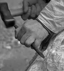Simbólicamente el mallete es utilizado con la mano derecha y el cincel sostenido con la izquierda.