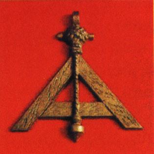 El Nivel. Esta herramienta simboliza la igualdad entre todos los masones, así como la igualdad de todas las personas ante la ley.