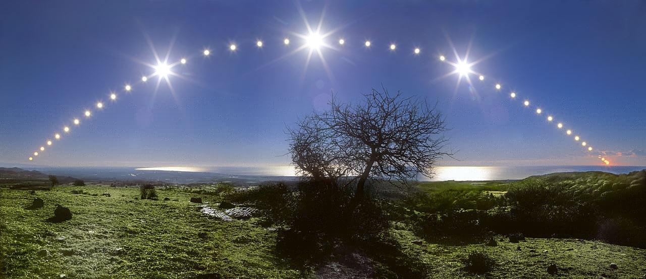 Es fácil advertir que la tradición solsticial no ha llegado hasta nosotros con el contenido iniciático que tuvo en sus orígenes;contenido y significado que, en verdad, no alcanzó a conocer siquiera la propia masonería operativa.