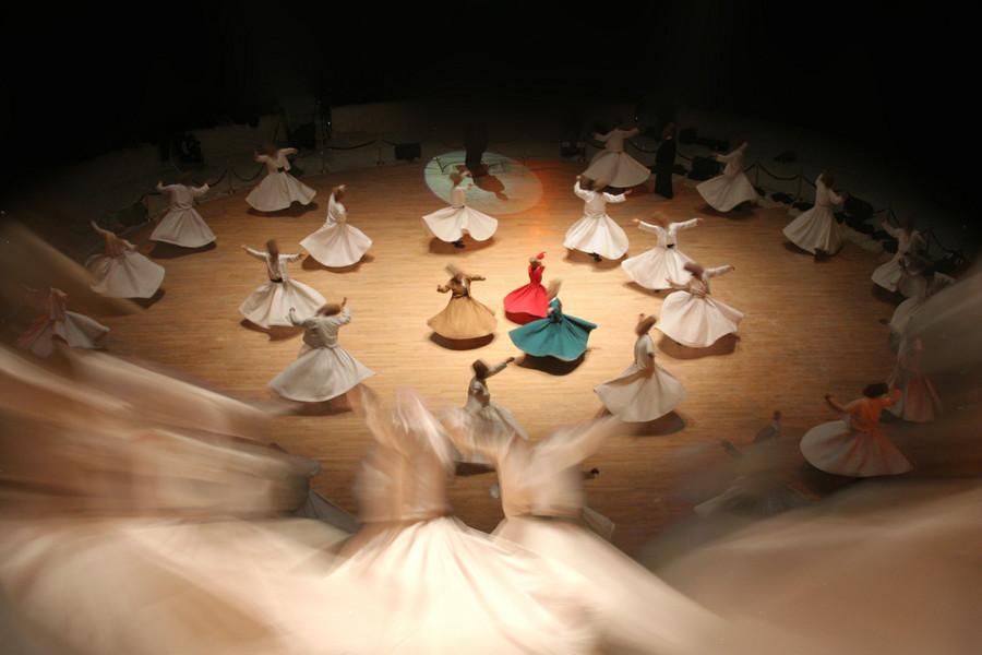 """Los danzantes, giran sobre sí mismos con los brazos extendidos, simbolizando """"la ascendencia espiritual hacía la verdad, acompañados por el amor y liberados totalmente del ego""""."""